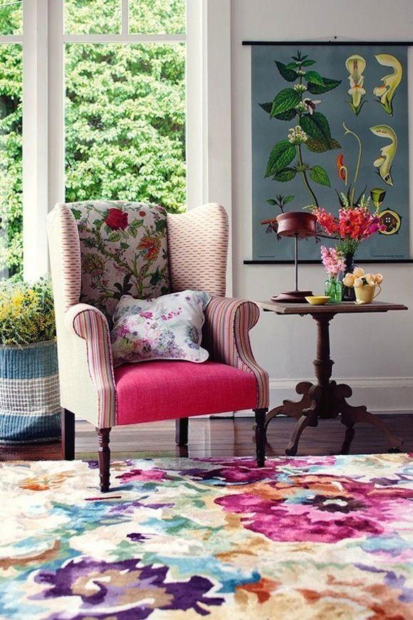 Living cu covor mare din lana cu imprimeu floral foarte colorat