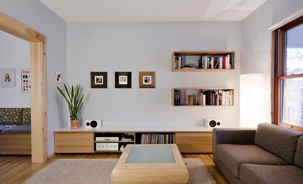Living de inspiratie minimalista cu rafturi suspendate dreptunghiulare