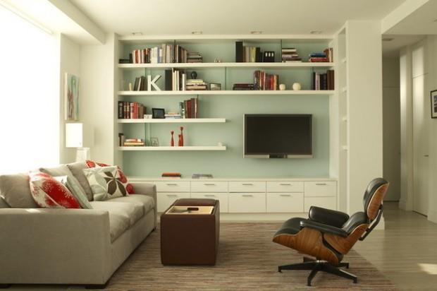 Living de inspiratie retro cu perete vernil si mobilier alb