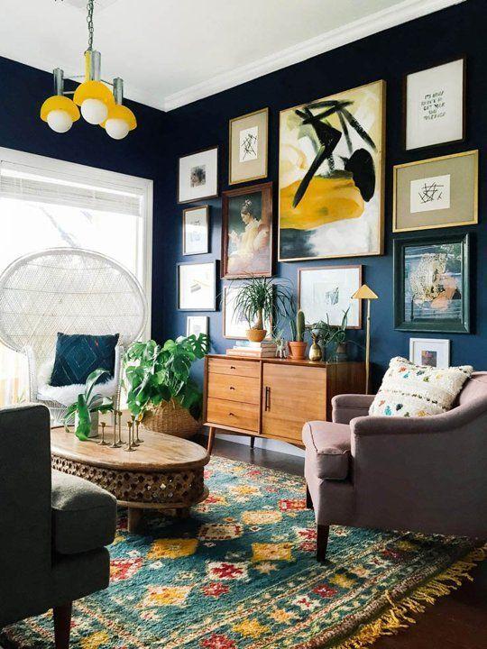 Living decorat in stil eclectic cu albastru si galben
