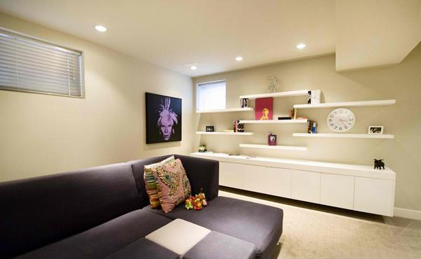 Living minimalist cu canapea gri si mobila cu etajere albe
