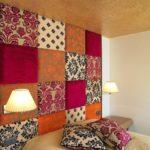 Perete de accent in dormitor tapitat cu bucati de material textil