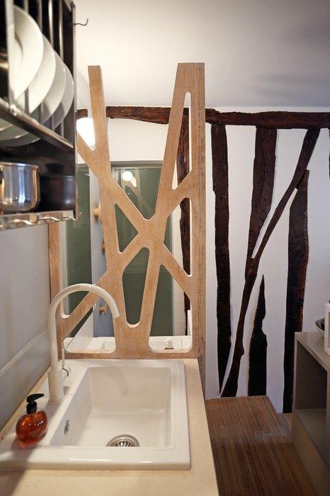 Perete despartitor decorativ din lemn cu model interesant