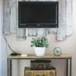 Televizor fixat pe un placaj de lemn