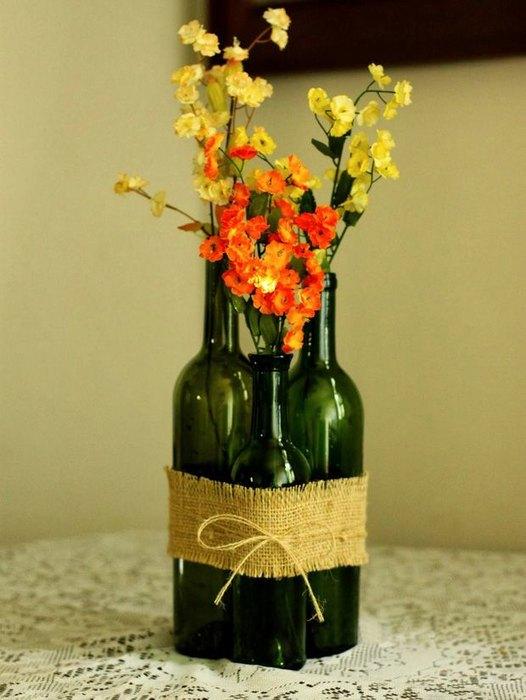 Vaza executata din grupaj de sticle