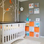 Camera de copil amenajata cu gri, alb, portocaliu si turcoaz