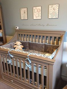 Model de patut de copil din lemn vopsit cu gri bej