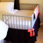 Patut de copil atasat la patul de dormitor