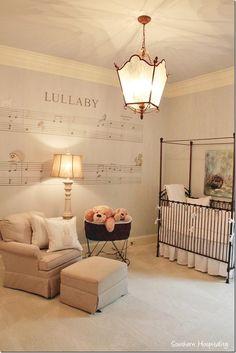Camera de nou nascut amenajata cu tema note muzicale