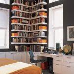 biblioteca pe colt intr-o camera amenajata tineresc