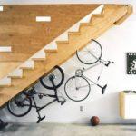 biciclete prinse de scara pentru a economisi spatiu