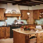 bucatarie cu grinzi de lemn, hota mare rustica si elemente vintage