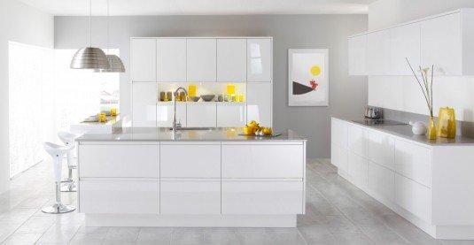 bucatarie cu mobilier alb si elemente decorative galbene