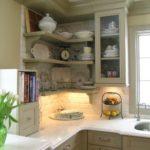 bucatarie cu mobilier intr-o nuanta de alb murdar