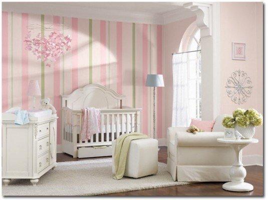 camera pentru fetite cu tapet cu imprimeu liniar pe verticala