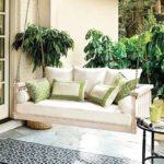 combinatie de canapea alba cu pernute verzi ce se integreaza in cadrul natural