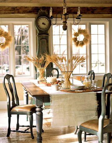 design rustic intr-o zona de dining cu grinzi pe tavan
