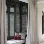 dormitor cu divan si draperii gri deschis