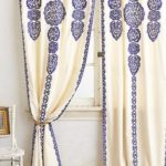 draperie alba cu imprimeu traditional albastru
