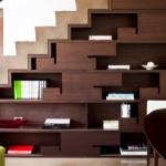 Biblioteca cu model interesant incastrata in golul de sub scara