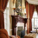etajera din lemn masiv si draperii maro-deschis