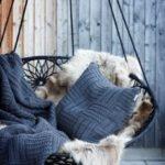 leagan cu pernute decorative din textile si imitatie de blana