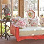 lemn colorat si pernute decorative cu imprimeu floral
