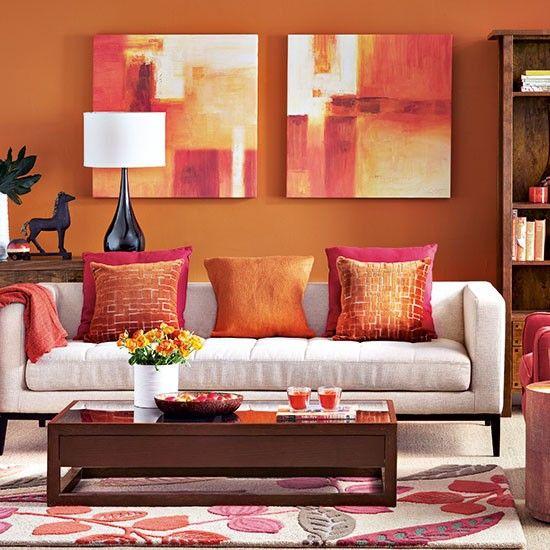 living amenajat cu portocaliu, roz, alb si galben pal