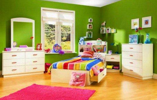 mobilier deschis la culoare intr-o camera colorata