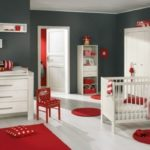 pereti gri inchis cu mobilier alb si accesorii rosii