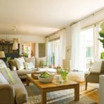 Culori calde si luminoase pentru living in stil cottage