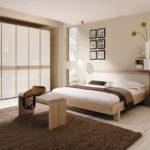 Dormitor bej covor maro inchis si mobila maro deschis