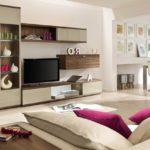 Sufragerie moderna bej cu detalii de culoare roz