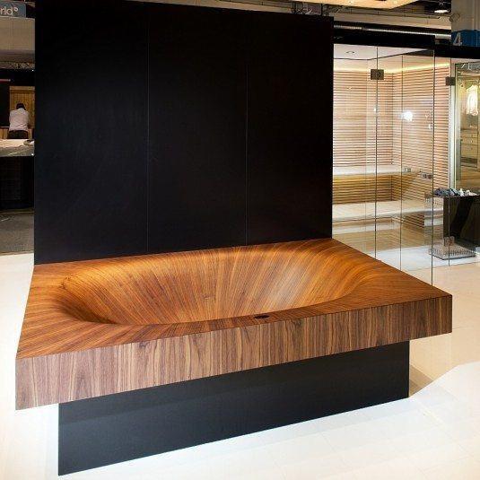 Cada din lemn cu stativ de culoare neagra