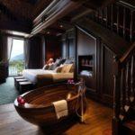 Dormitor matrimonial cu cada ovala din lemn
