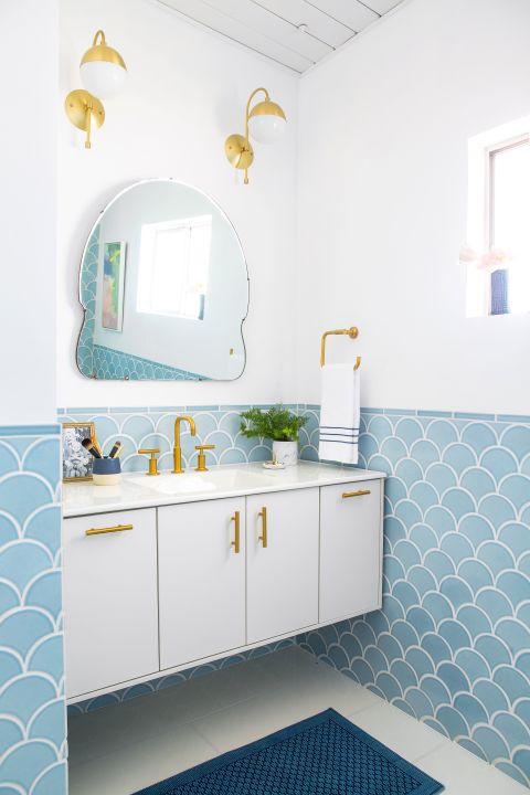 baie alba cu faianta albastra cu model oglinda statement