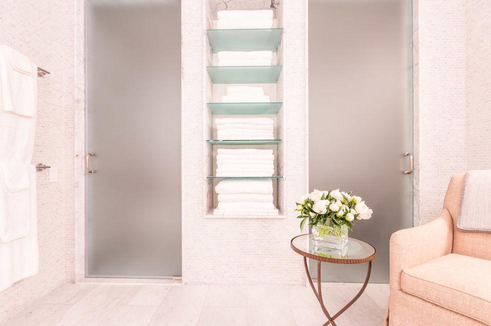 baie moderna roz cu fotoliu si masuta cu flori