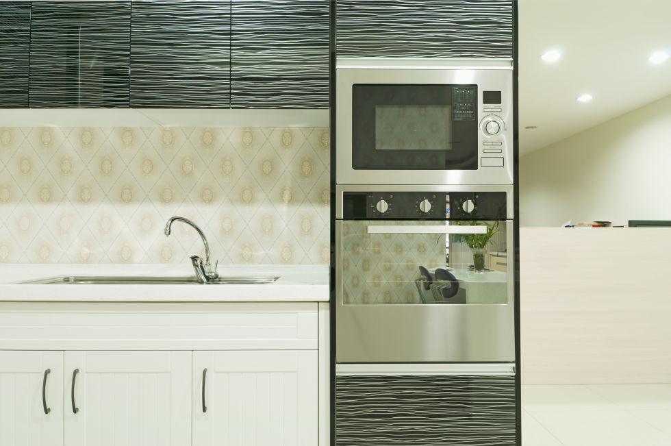 bucatarie ecletica mobila alb cu negru dulapuri diferite