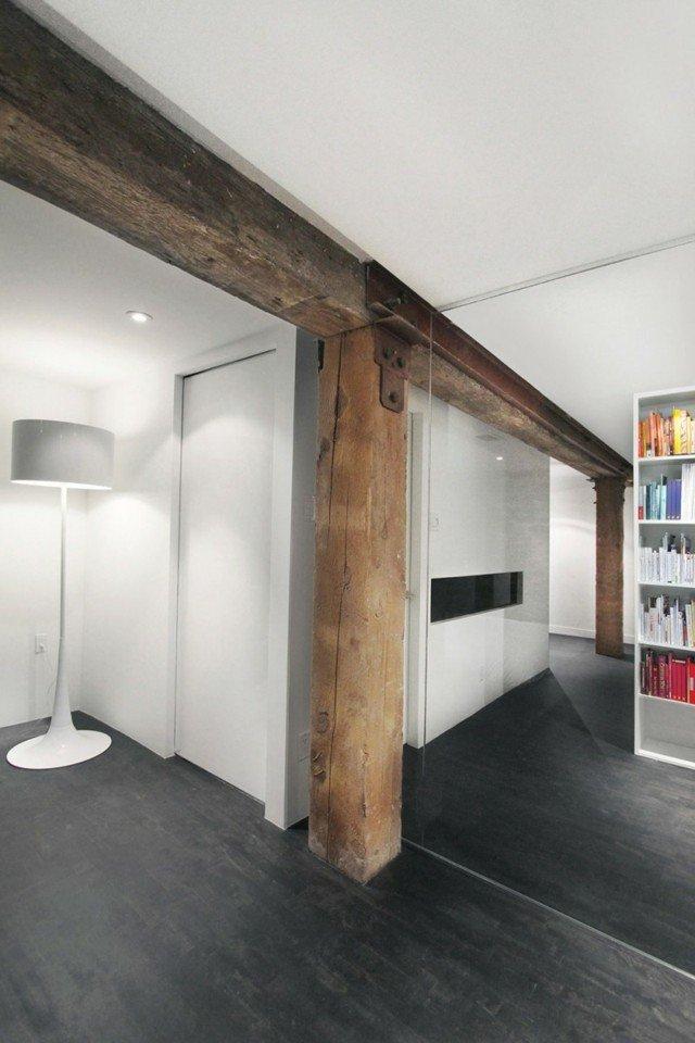 camera alba cu stalp de lemn biblioteca alba
