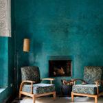 camera albastra cu semineu in perete fotoliide lemn