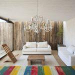 camera cu perete imbracat in scanduri de lemn