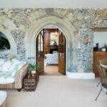 camera de zi cu perete din piatra usi si mobilier din lemn