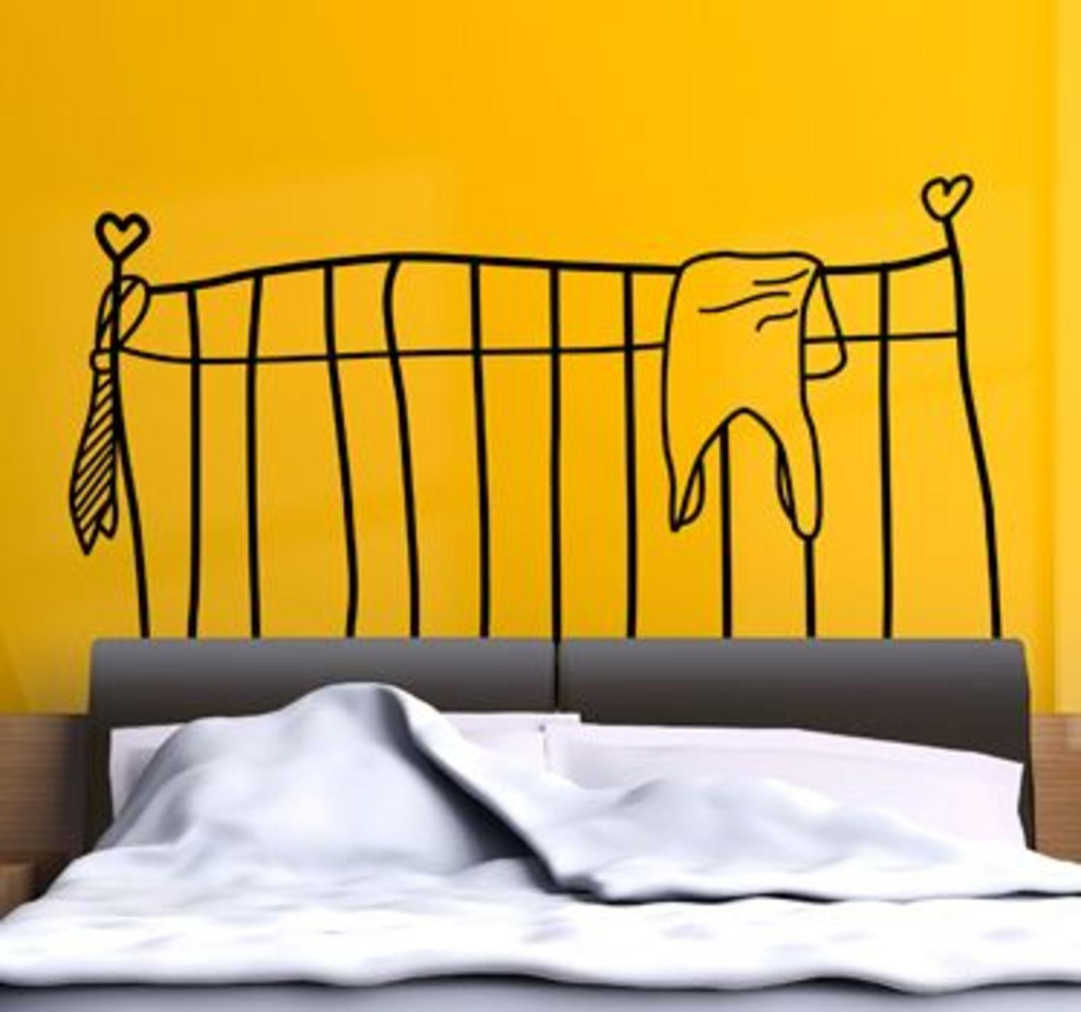 dormitor cu pat cu tablie din stickere