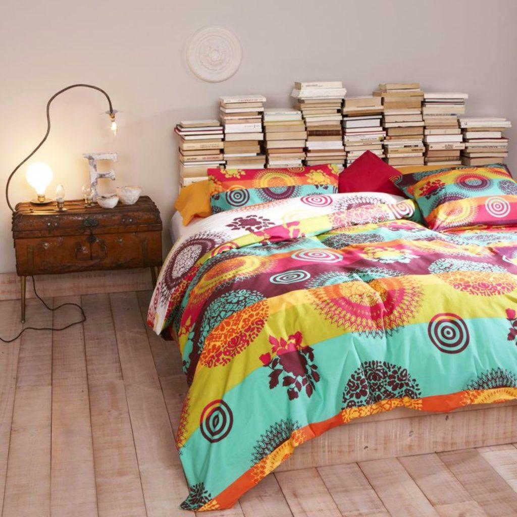 Tablie de pat din carti