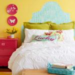 dormitor galben cu pat cu tablie din tapet