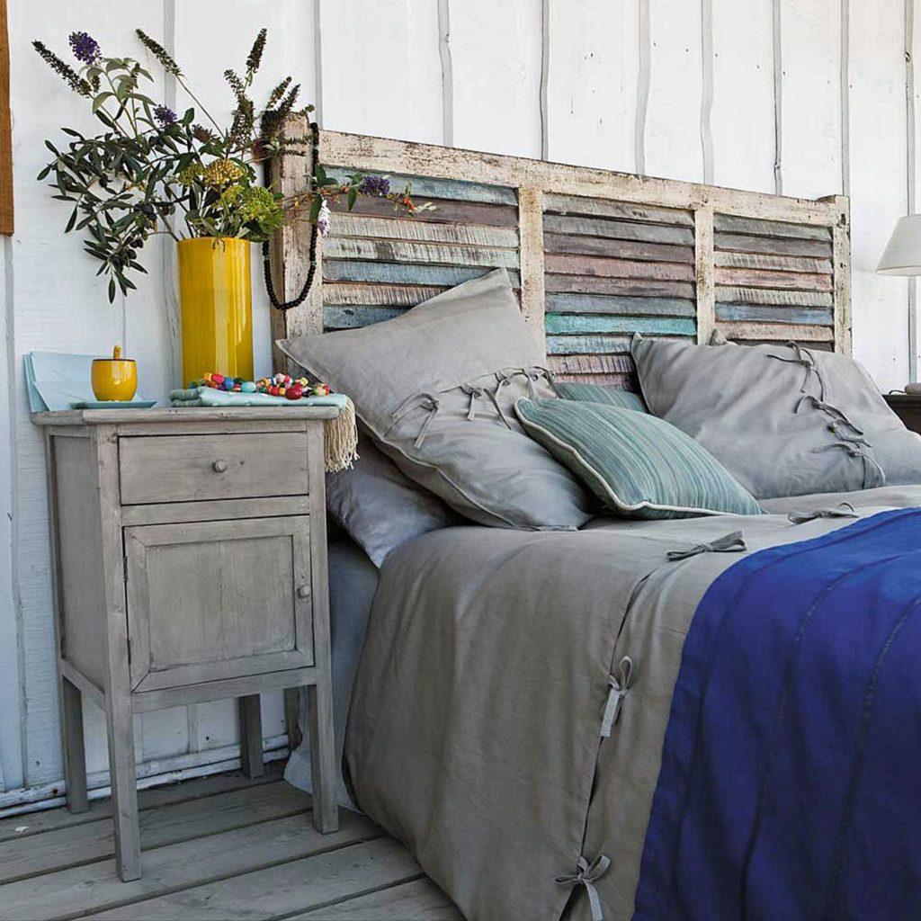 dormitor rustic cu tablie de pat din oblon