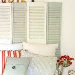 pat cu tablie de pat alba din obloane