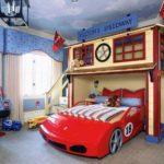 camera baiat rosu cu albastru