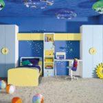 camera baiat cu pereti pictati