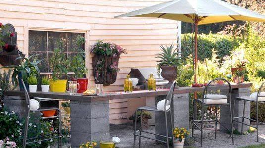 Bar in curte cu stalpi din boltari